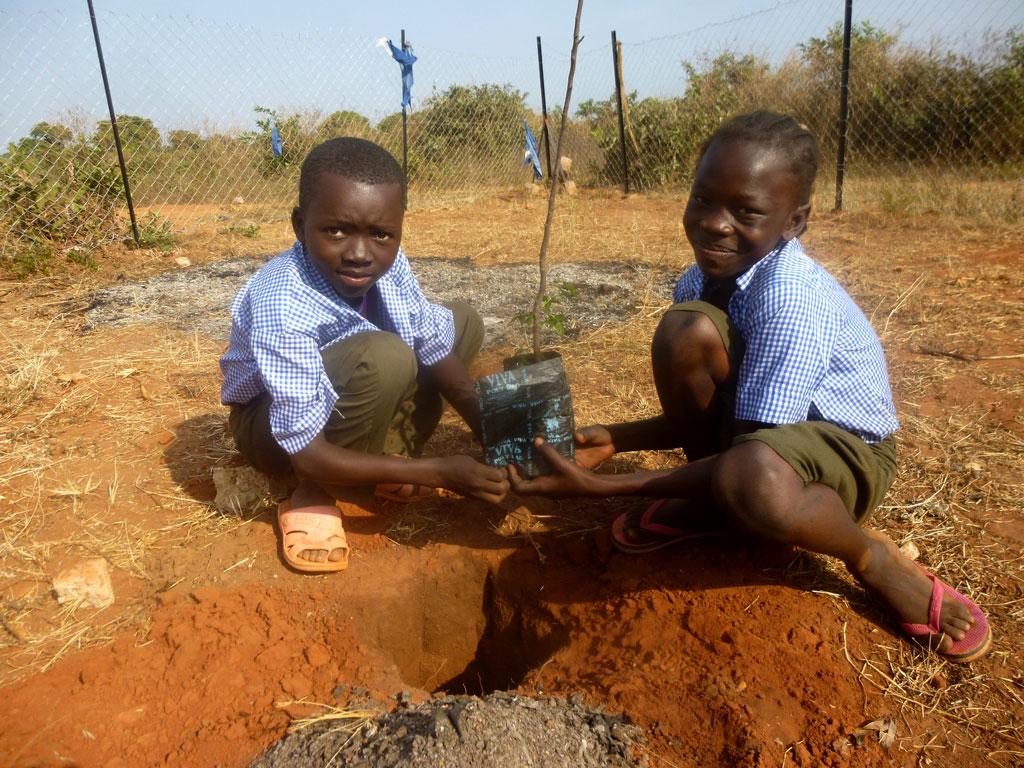 ninos de Kyabé en el instituto
